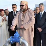 العاهل المغربي الملك محمد السادس يدشن مشروعا جديدا لاستعمال نظام للري بالتنقيط على مساحة 500 هكتار في حوض النفيس.